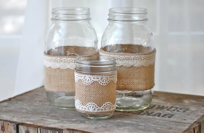 barattoli-vetro-decorati-varie-misure-stoffa-cotone-grezzo-bordi-ricamati-pizzo-bianco-applicata