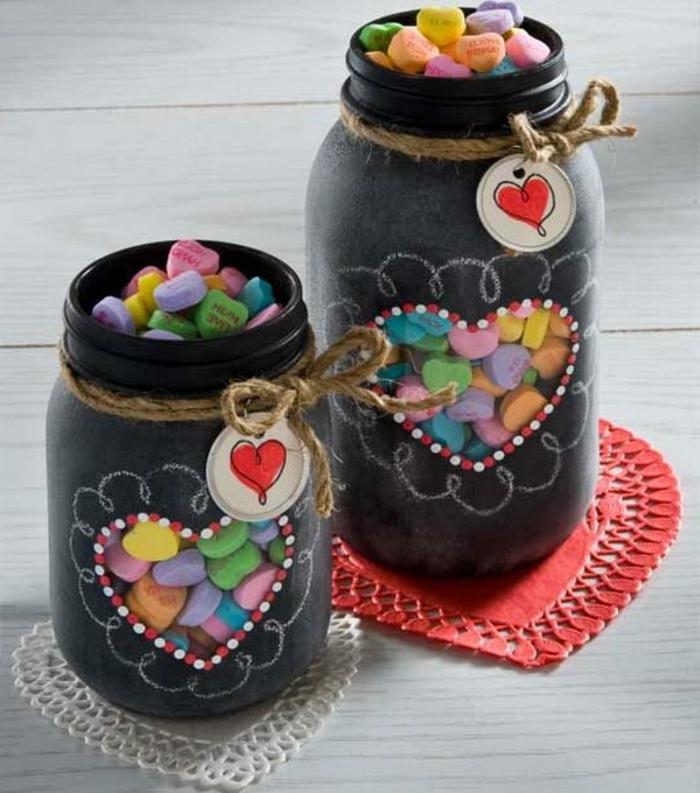 barattoli-vetro-idea-decorazione-fai-da-te-rivestimento-nero-cuore-interno-confetti-colorati