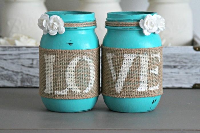barattoli-vetro-idea-riciclo-fai-da-te-dipinti-azzurro-scritta-love-decorazione-rose-bianche