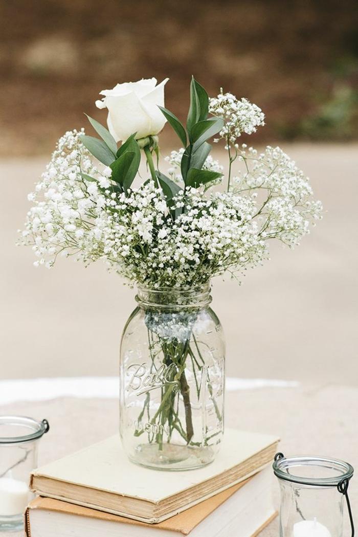 barattoli-vetro-idea-semplice-fai-da-te-vaso-fiori-bianchi-rosa-centro