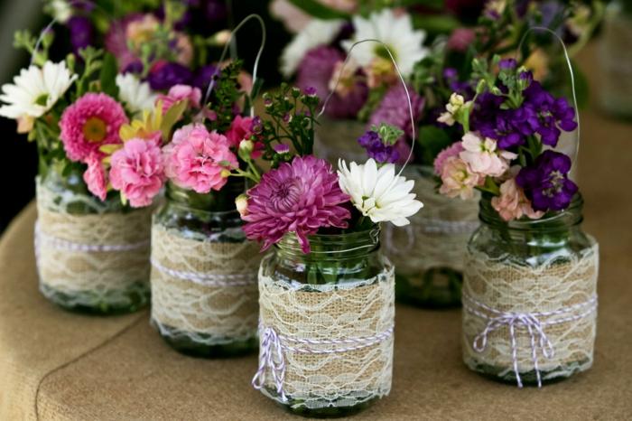 barattoli-vetro-idea-vasi-fiori-fai-da-te-copertura-stoffa-pizzo-bianco-beige