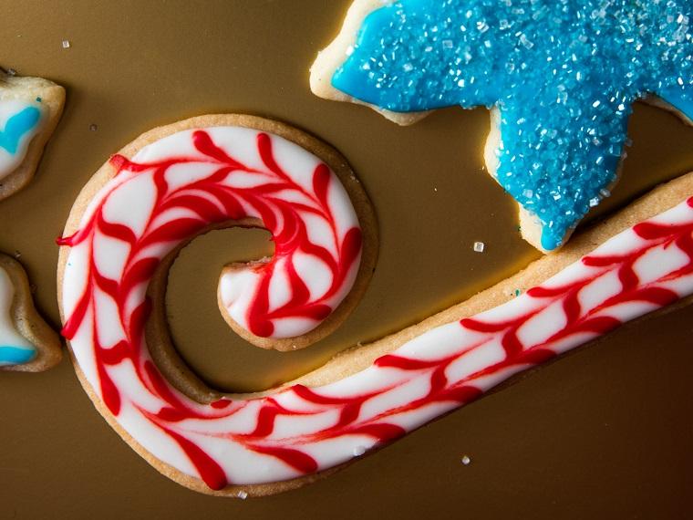 Biscotti di Natale. bastoncino decorato con della glassa reale di colore rosso e bianco