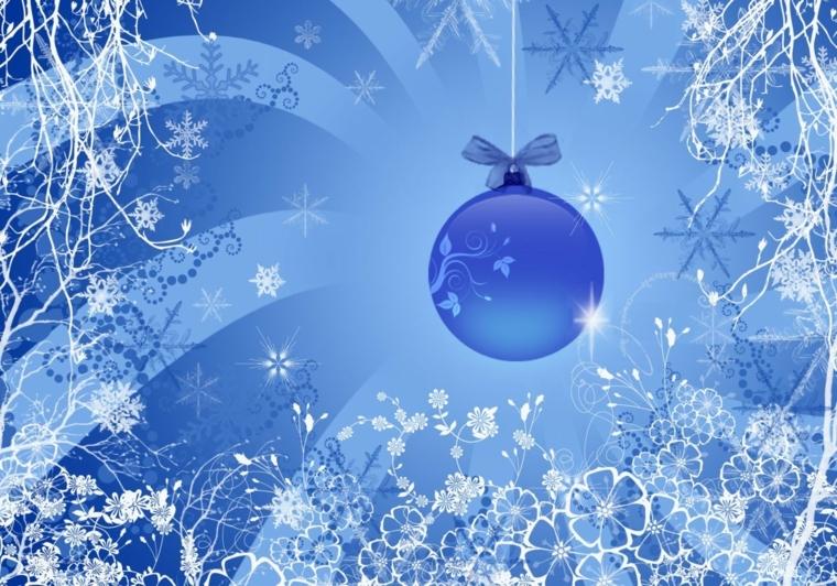 biglietti natalizi, un'idea nelle sfumature del blu e del grigio con una pallina decorativa in primo piano
