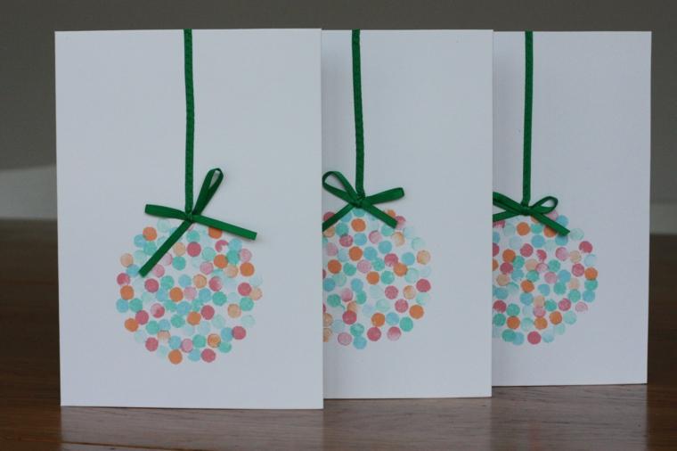 biglietti di natale fatti a mano, un'idea con delle palline colorate con dei fiocchi verdi