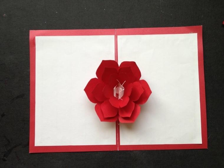 biglietti di natale, un cartoncino bianco con i bordi rossi impreziosito da un fiore pop up