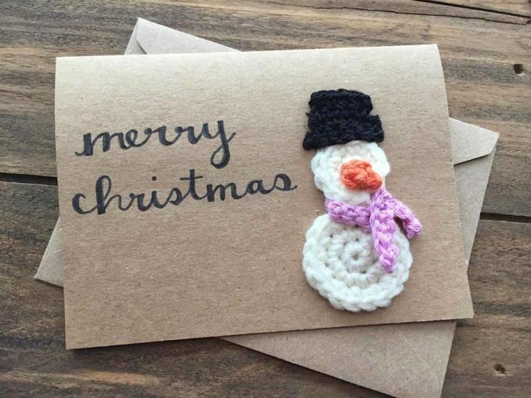 un pupazzo di neve realizzato all'uncinetto è un modo originale per decorare un bigliettino di auguri