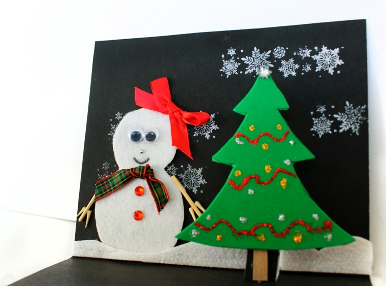 biglietti di natale fatti a mano, un pupazzo di neve e un alberelli realizzati con la tecnica del bricolage