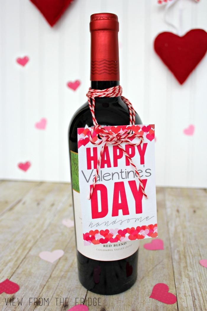 biglietto-regalo-attaccato-bottiglia-vino-rosso-tappo-scritta-colore-rosso-fai-da-te