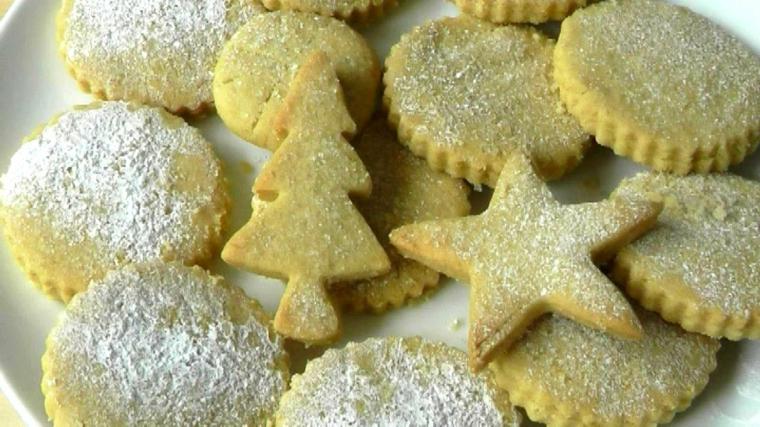 Dolci da preparare per Natale, impasto al burro e dalla forma di albero di Natale