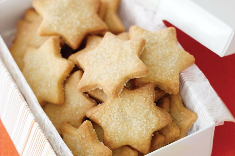 Impasto semplice per fare dei biscotti a tema natalizio forma stella e spolverata di zucchero