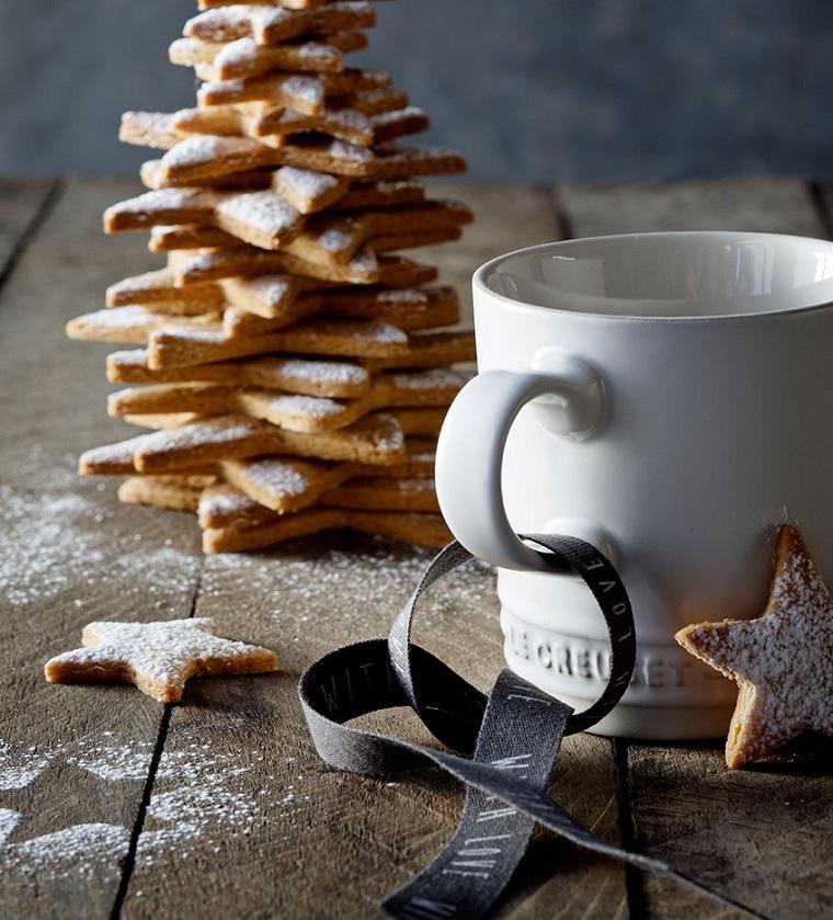 Alberi di natale originali, idea decorazione con biscotti decorati con una spolverata di zucchero a velo