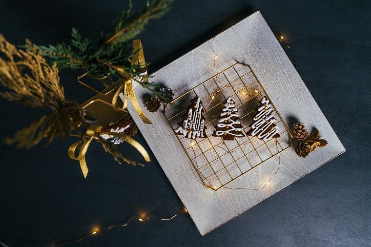 Biscotti natalizi da regalare, rete metallica con biscotti, biscotti a forma di albero di natale con ghiaccia reale