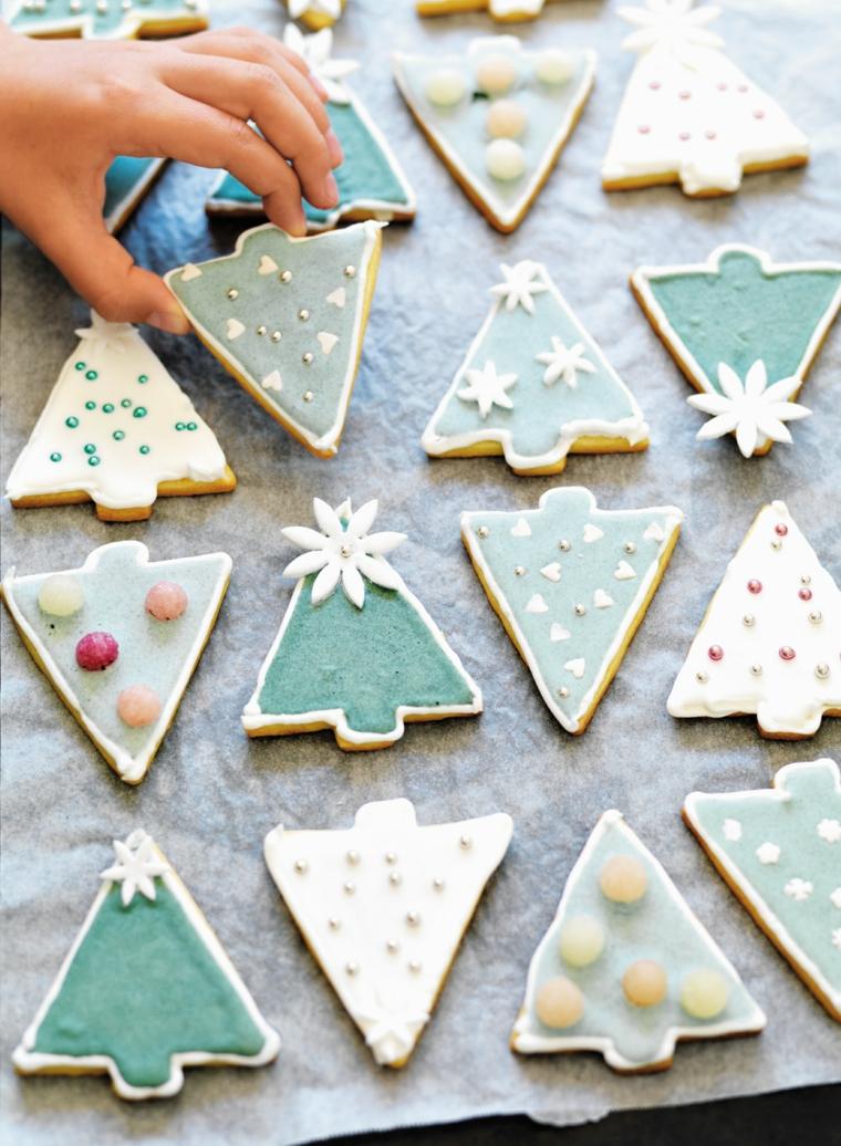Idea originale per decorare i biscotti di Natale con della glassa colorata, palline argentate e caramelle