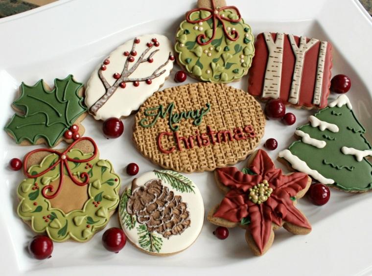Ricette di Natale, biscotti a tema natalizio con decorazioni e scritte con della glassa reale