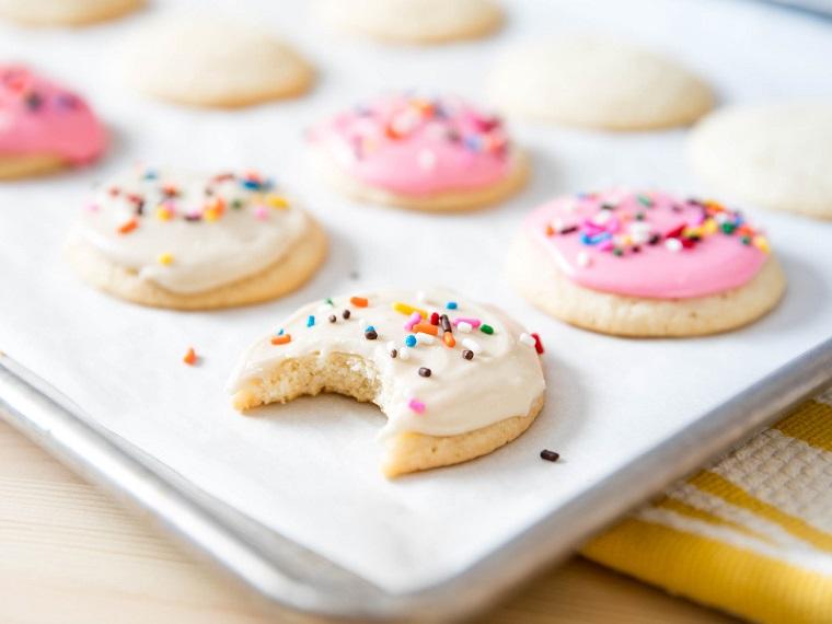 Ricetta biscotti semplici, decorazione con una glassa reale di colore bianco e granelli colorati
