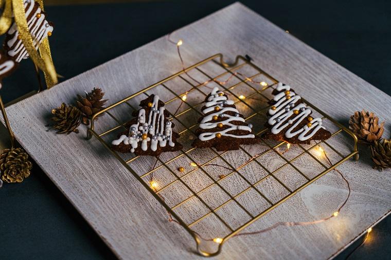 Biscotti natalizi da regalare, biscotti a forma di albero di Natale, biscotti decorati con ghiaccia reale