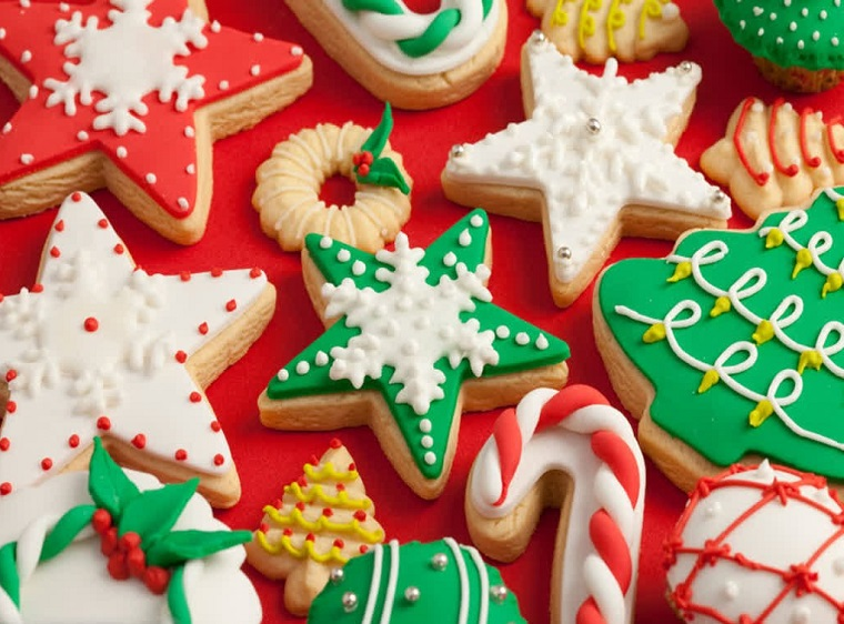 Ricette di Natale, biscotti decorati con pasta di zucchero colorata e glassa reale