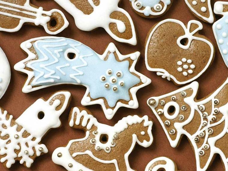 Ricetta biscotti semplici, al cacao e dalle forme a tema natalizio con stelle cadenti, alberelli e candele decorate