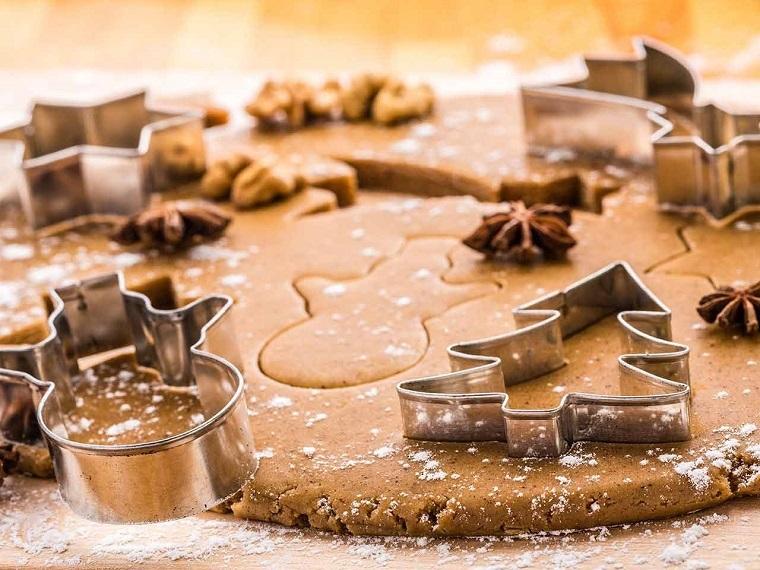 Ricetta biscotti semplici, idea con cannella nell'impasto e formine realizzate con degli stampi natalizi in metallo