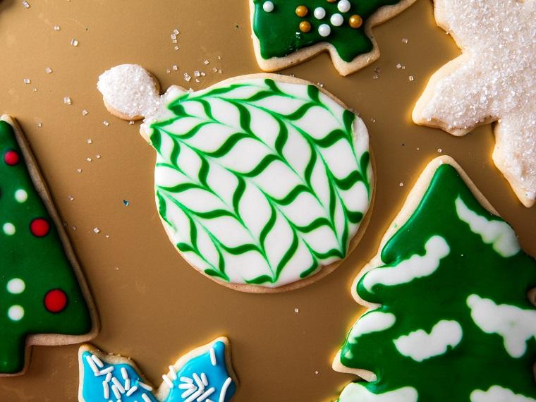 Ricetta biscotti semplici, decorazione con della glassa reale bianca e verde