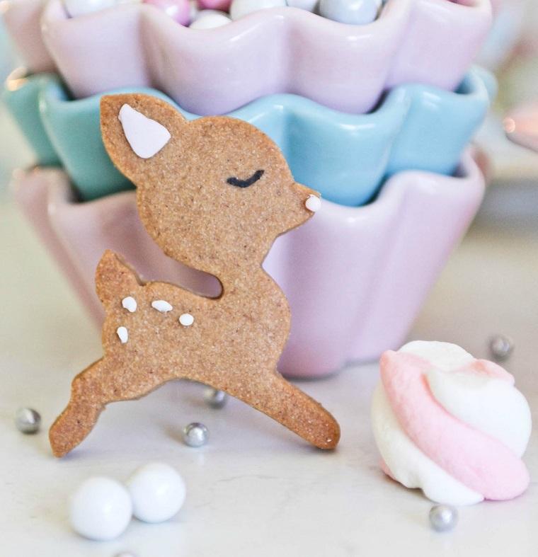 Biscotti di Natale, piccolo cervo con decorazione, mashmallow e formine per muffin di porcellana
