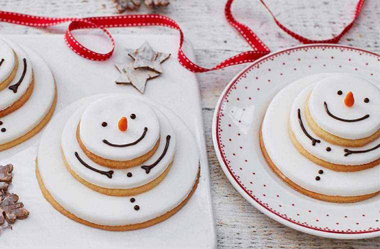 Ricette di Natale, biscotti forma pupazzo di neve decorato con della glassa e cioccolato