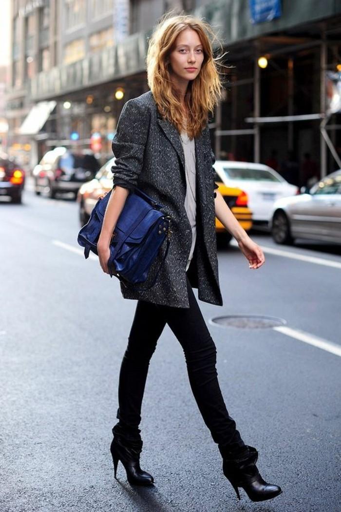 bohème-chic-abbigliamento-casual-donna-jeans-nero-maglia-bianca-cappotto-grigio-borsa-blu