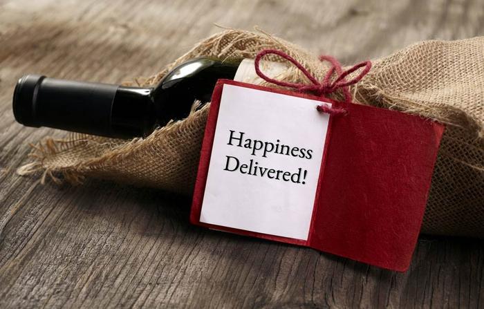 bottiglia-di-vino-rosso-decorata-sacchetto-juta-biglietto-auguri-rosso-idea-regalo