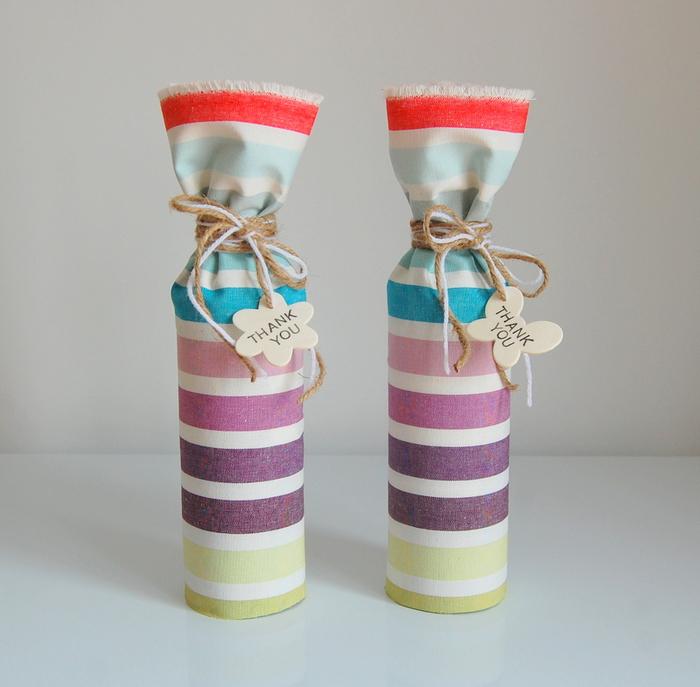 bottiglie-decorate-sacchetti-stoffa-fai-da-te-filo-bigliettino-scritta-auguri-idea-regalo