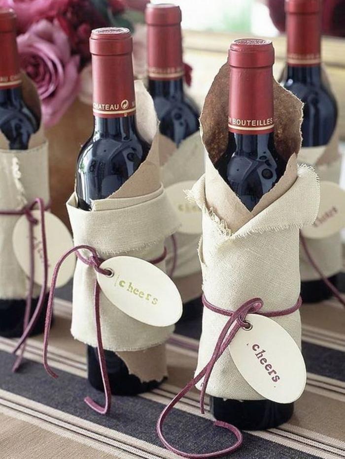 bottiglie-di-vino-decorate-pezzi-stoffa-colore-bianco-filo-viola-bigliettino-scritta-idea-regalo-fai-da-te