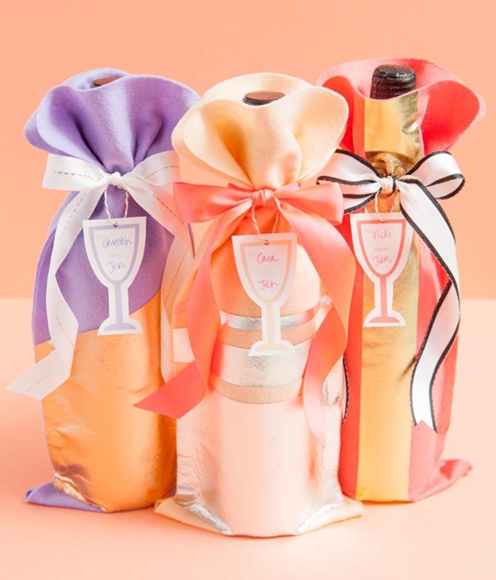 bottiglie-di-vino-personalizzate-sacchettini-colorati-fai-da-te-legati-nasrtri-colore-arancione-bianco-biglietto-auguri