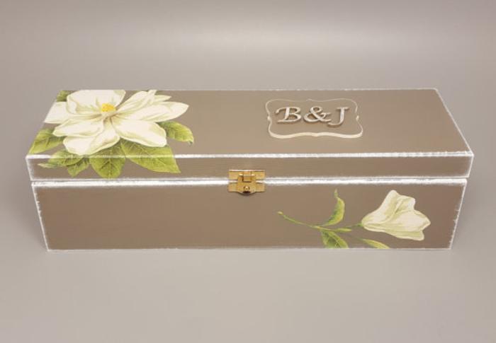 bottiglie-di-vino-personalizzate-scatola-legno-colore-beige-decoupage-fiore-lettere-iniziali