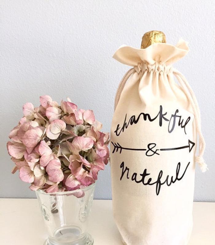 bottiglie-di-vino-personalizzate-vaso-fiori-bottiglia-vino-sachetto-tessuto-scritta-decorazione