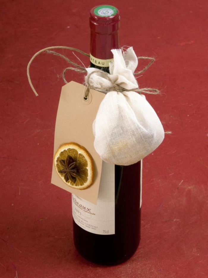 bottiglie-personalizzate-bottiglia-vino-rosso-decorata-etichetta-fragranza-limone-spezia-sacchettino-bianco-legato