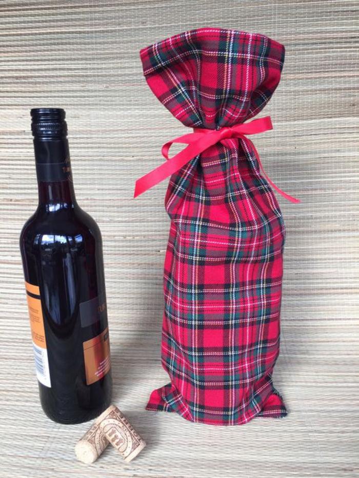 bottiglie-personalizzate-vino-rosso-tappi-sughero-sachetto-rosso-nastro-regalo-idea-fai-da-te