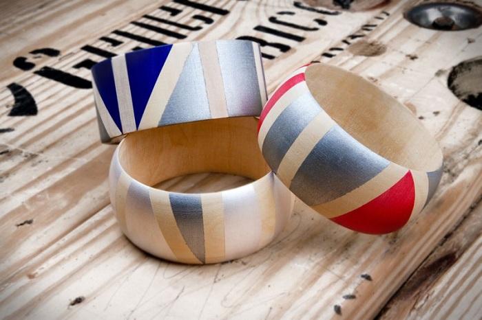 Creazioni fai da te e braccialetti in legno, dipingere i gioielli per renderli personali e originali