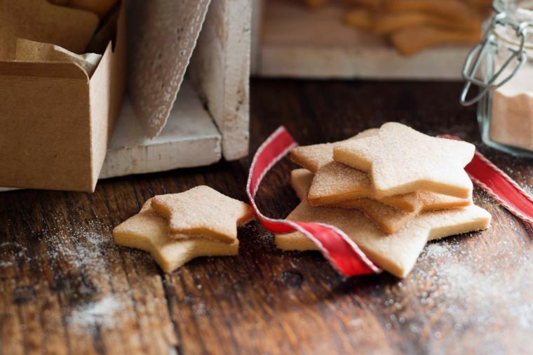 Confezione regalo per Natale, biscottini al burro e dalla forma di stelle da legare con un nastro natalizio