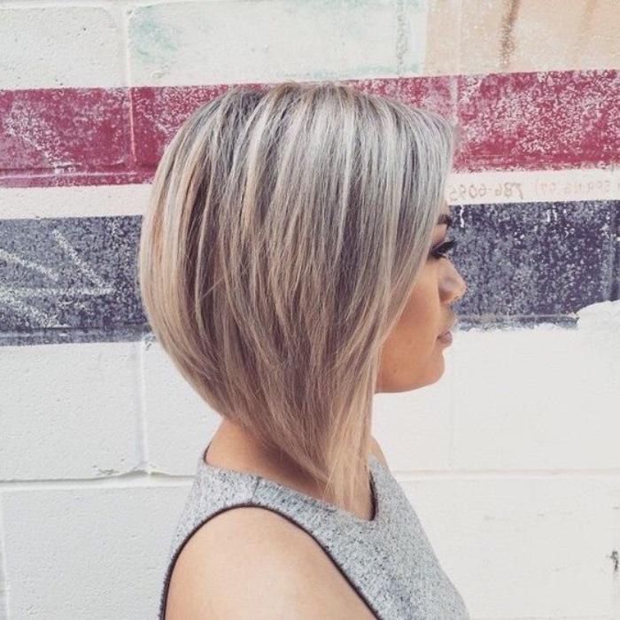 capelli-a-caschetto-versione-lunghezze-differenti-ciuffi-lunghi-davati-ciocche-biondo-platino