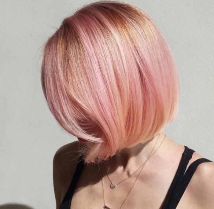 capelli-caschetto-color-rosa-salmone-ciocche-bionde-idea-donna-romantica-stravagante