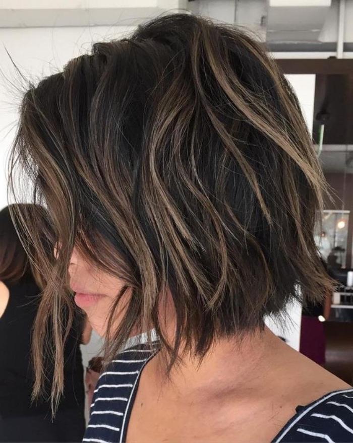 capelli-caschetto-con-leggere-onde-ciocche-chiare-piu-lunghi-davanti-idea-acconciatura-semplice-elegante