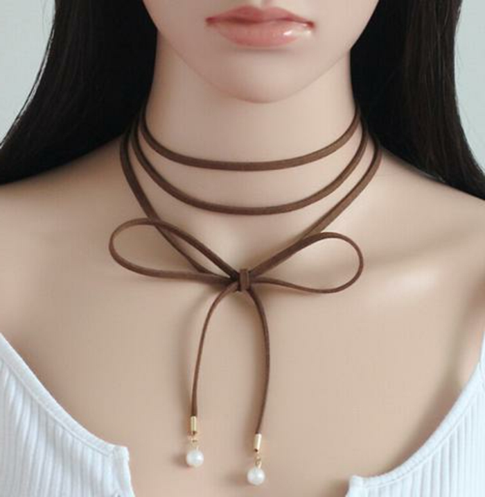 capelli-lunghi-acconciatura-abbigliamento-casual-girocollo-perle-accessorio-donna-giovane