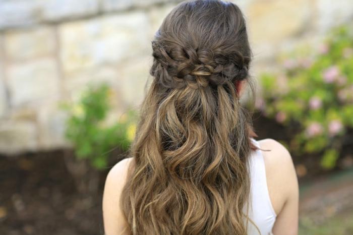 capelli-lunghi-ondulati-castano-chiaro-doppia-treccia-semi-raccolto-stile-medievale