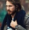 capelli-medio-lunghi-uomo-stile-tendenza-ciuffo-lungo-lato-striature-ramate-barba-folta-sciarpa-blu
