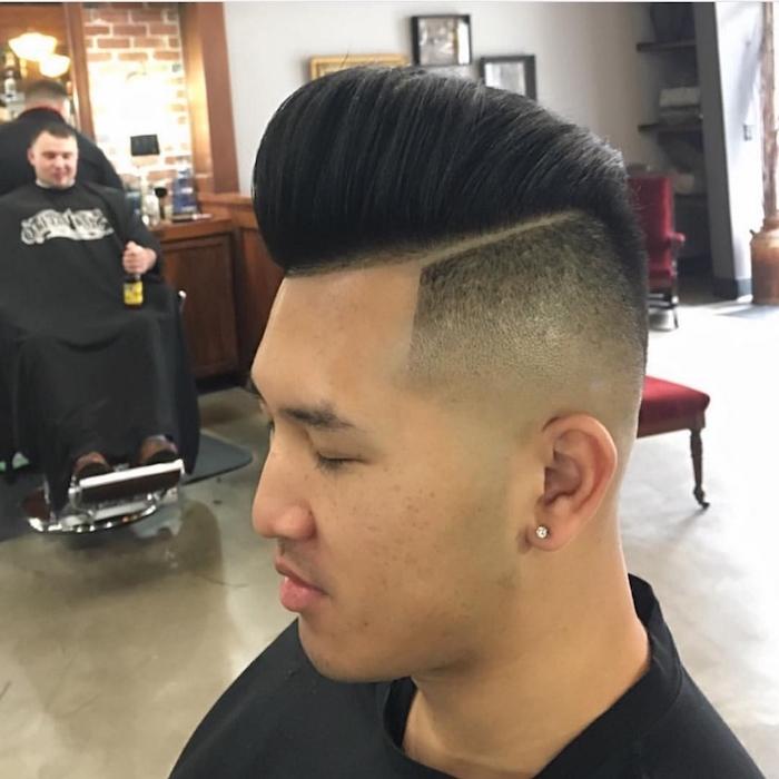 capelli-sfumati-uomo-rasati-molto-corti-lati-ciuffo-banana-riga-orecchino-rotondo
