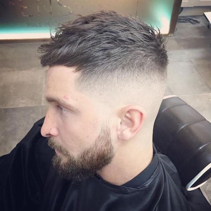 capelli-sfumati-uomo-rasati-molto-corti-lati-parte-superiore-pettinata-avanti-barba-baffi