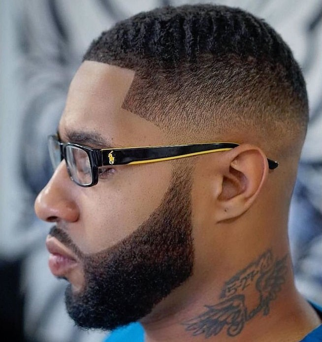 capelli-uomo-sfumati-afro-molto-corti-frangia-squadrata-barba-baffi-ben-delineati
