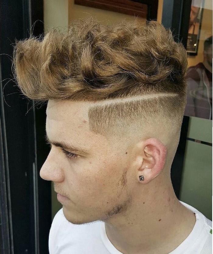 capelli-uomo-sfumati-lati-rasati-riga-ciuffo-lungo-banana-ondulato-colore-rosso-orecchino