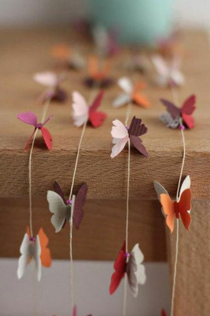 carillon-carta-forma-farfalle-diverso-colore-filo-tavolo-legno-decorazioni-fai-da-te-finestre