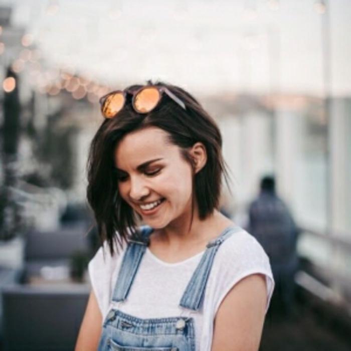 carré-corto-Ingrid-Nilsen-capelli-castani-lisci-ciuffo-lungo-occhiali-sole