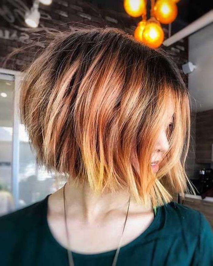 carré-corto-capeli-tinta-sfumature-arancioni-bionde-sulle-punte-acconciatura-voluminosa